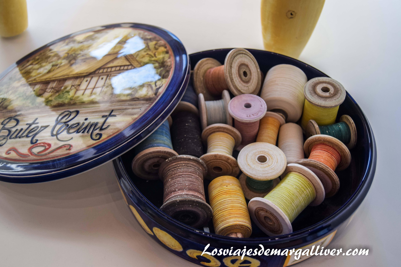 Caja de costura hecha en cerámica en la Rambla - Los viajes de Margalliver